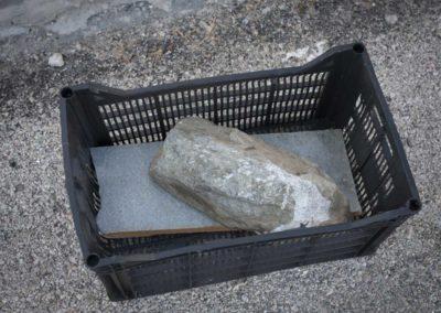Athènes: ready-made cageot avec pierre sur un trottoir.