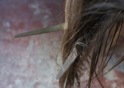 Ciseau: chevelure, ciseaux, coupure, blessure, violences faites aux femmes, femme, féminin, agression.