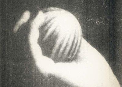 Main: femme, photo anonyme, vieux magazine, geste, violence, fax, art plastique, lancer, jeter.
