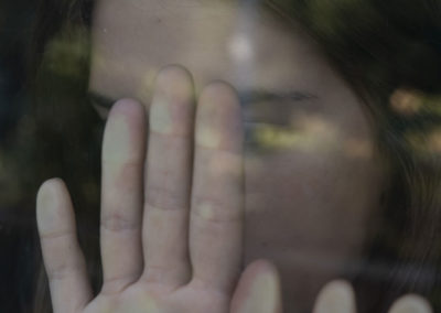 Portrait: jeune femme, cachée, reflets, violences faites aux femmes, agressions.
