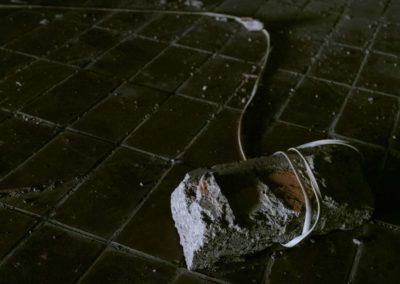 Sarajevo: pierre, lien, corde, urbex, hôtel abandonné, clair-obscur, peur.