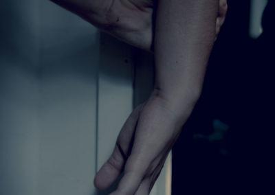 Mains: accrocher, tenir, violence, tension, serrer.