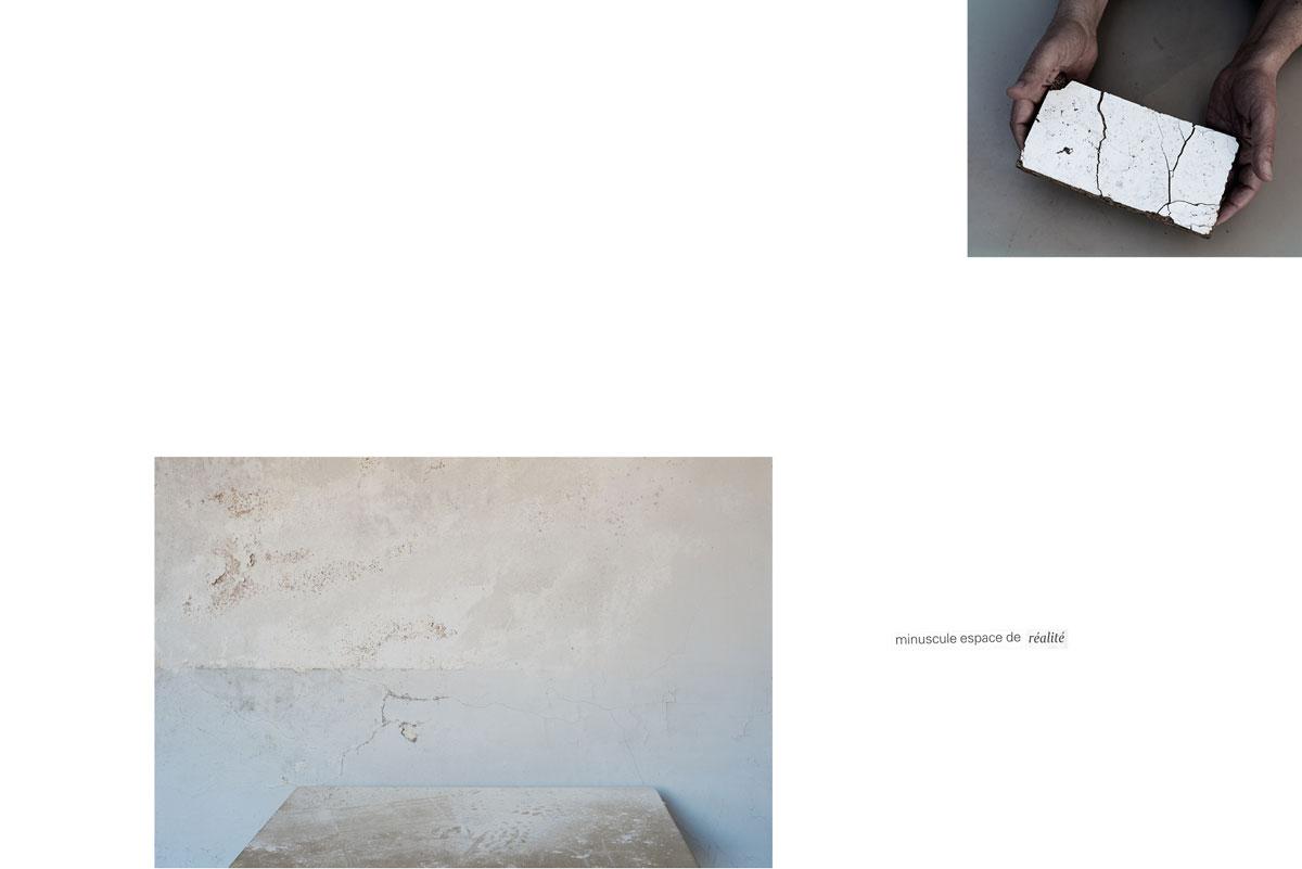 Table. Ruine. Poussière. Lieu abandonné. Mains. Offrande. Bois blanc. Usure. Écriture intuitive. Diptyque.