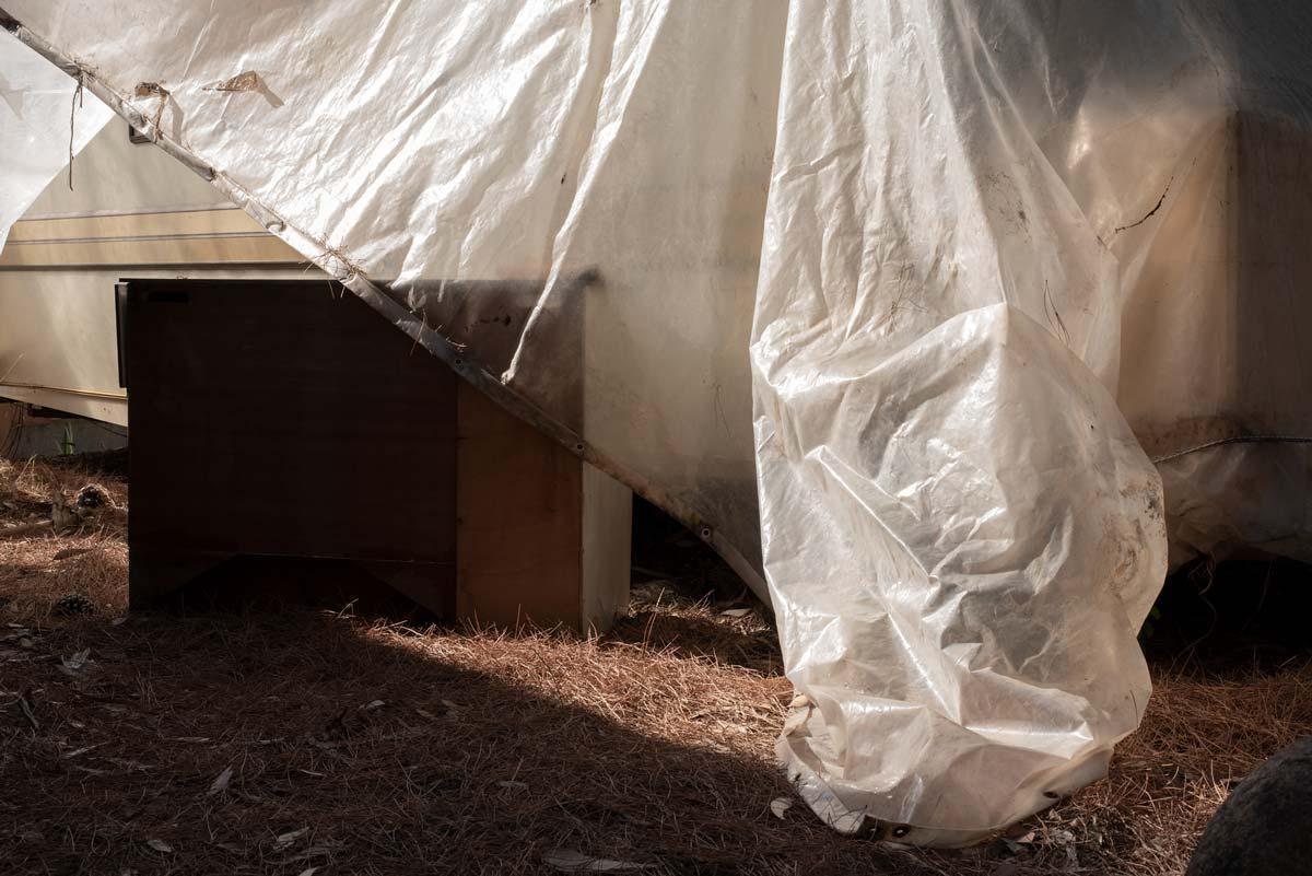 Corse. Camping abandonné. Abandon. Ruine. Plastique. Bâche. Caravane.