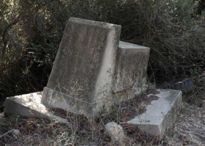Corse. Pierre. Monument. Pierre tombale. Ruine. Femme. Mobilier. Lit pliant.